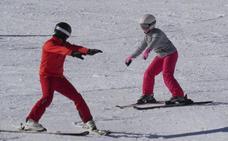 Una escapada a la nieve para aprender a esquiar gracias a la Escuela Española de Esquí de San Isidro