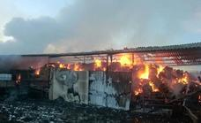 Un aparatoso incendio destruye una nave agrícola en Villaobispo que almacenaba paja