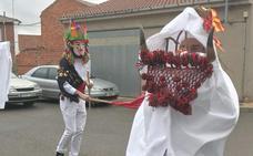 El toro de Alcoba de la Ribera 'varea' a los vecinos en su tradicional antruejo de Carnaval