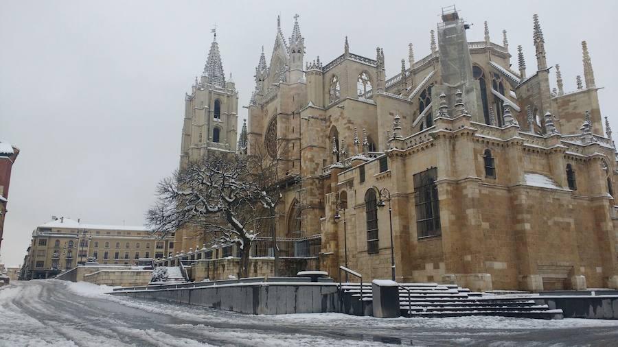 Estampas cotidianas de la nieve en León capital