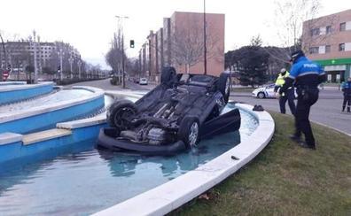 Un coche cae al interior de una fuente del Paseo de Zorrilla de Valladolid y su ocupante huye