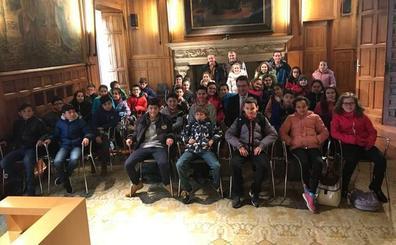 Majo recibe a 37 escolares de Medina de Rioseco que conocen la Diputación y el Museo Etnográfico de Mansilla