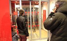 Rescatan a dos niños de año y medio y dos atrapados en un cajero automático de Segovia