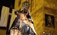 La lluvia acompaña a La Morenica en el inicio de la Semana Santa