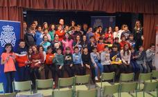 Teresa Mata y el comisario jefe de la Policía Nacional en León 'convierten' a los alumnos del CEIP La Granja en «ciberexpertos»