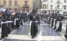 El obispo de León recibe a los internos que participarán como braceros en la Procesión del Perdón