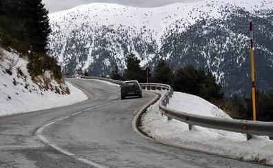 El temporal de nieve obliga a usar cadenas en cinco carreteras de montaña y cierra el paso de camiones