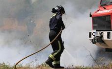 Un incendio calcina por completo una vivienda y daña el tejado de otra en Candín