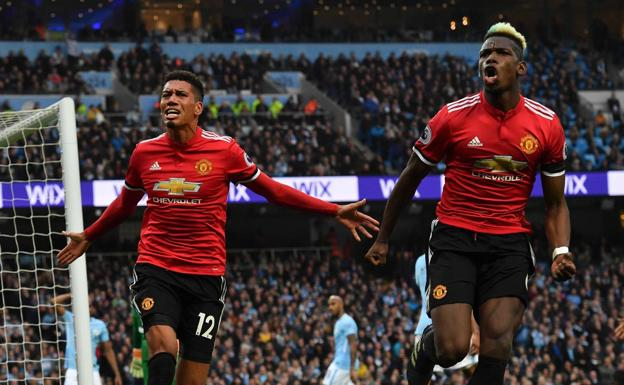 Chris Smalling y Paul Pogba celebran el tercer gol. /Afp