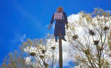 Villadangos da la bienvenida a los peregrinos colgando a su Mayo