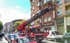 Los bomberos rescatan de su vivienda a un varón desorientado que no respondía al teléfono