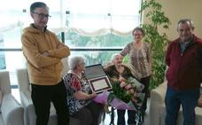Llamas de la Ribera rinde homenaje a su vecina 'Tinina', por su 100 cumpleaños