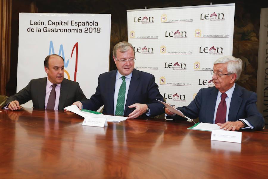 Firma de un convenio entre el Ayuntamiento de León, Mercasa y la Academia Iberoamericana de Gastronomía