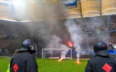 Bengalas y policía en el histórico descenso del Hamburgo
