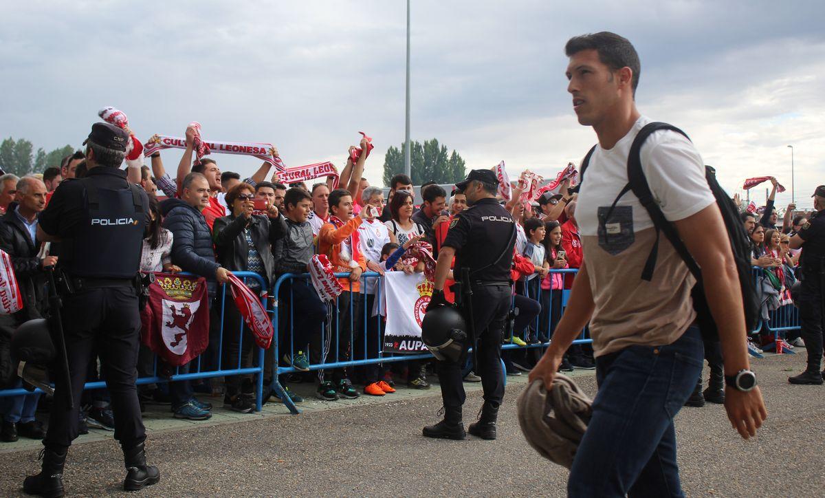 La afición de la Cultural arropa a los jugadores antes del partido