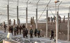 Unos 400 inmigrantes asaltan la frontera de Ceuta y uno entra herido