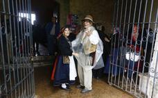 La lluvia desluce la romería de Camposagrado y la procesión escoltada por pendones no puede salir
