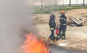 Policías que apagan fuegos