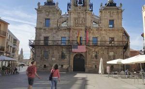 Awen León denuncia que Astorga no coloque la bandera LGTBI pero sí lo haga con una de Estados Unidos