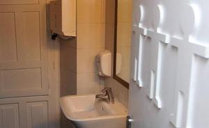 Lanzan una campaña para frenar en Castilla y León los baños mixtos en los colegios que diseña Educación