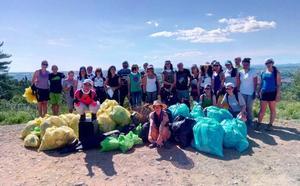Más de una veintena de voluntarios limpian la zona de Las Lomas