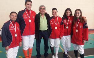 El Club Sala de Esgrima León suma 13 medallas en el autonómico