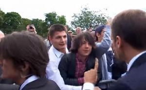 Macron reprende a un adolescente por llamarle 'Manu': «A mí me llamas señor presidente o señor»