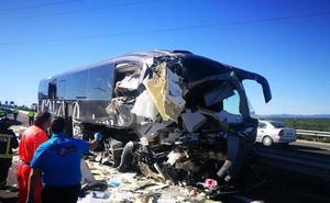 Dos fallecidas y un herido grave al chocar un autobús Madrid-Granada con un camión
