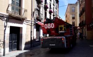 La mala combustión de una estufa de carbón enciende las alarmas en el barrio Húmedo de León