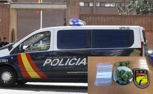 La Policía Nacional detiene a un joven por la venta de marihuana a la salida de un instituto de León