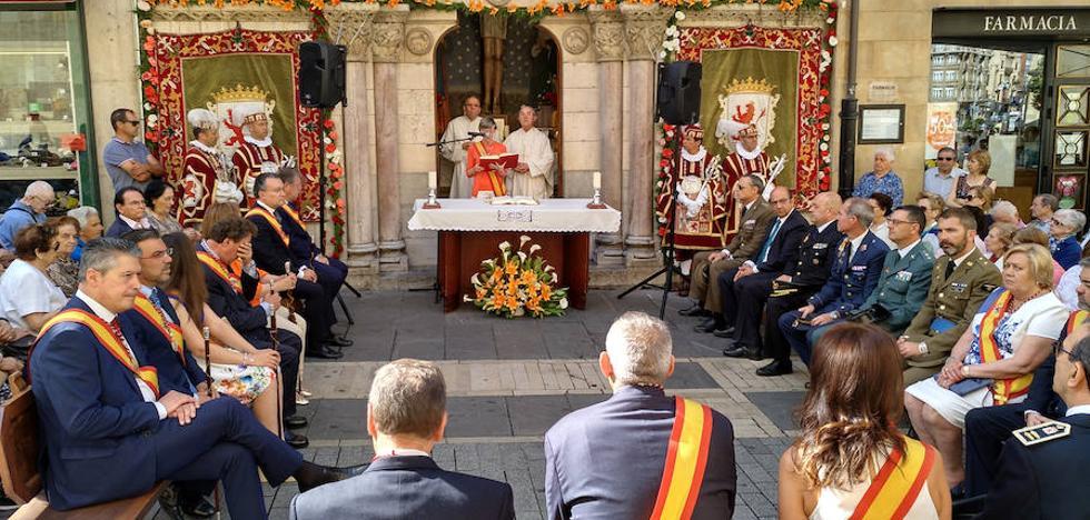 La tradicional misa en honor a San Juan vuelve a llenar de fervor la calle Ancha