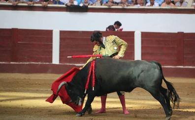 León saca en hombros a Morante y a Roca Rey en una tarde de contrastes