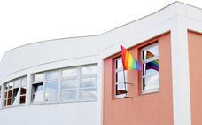 La bandera 'arcoíris' ondea en la oficina del Defensor de la ULE