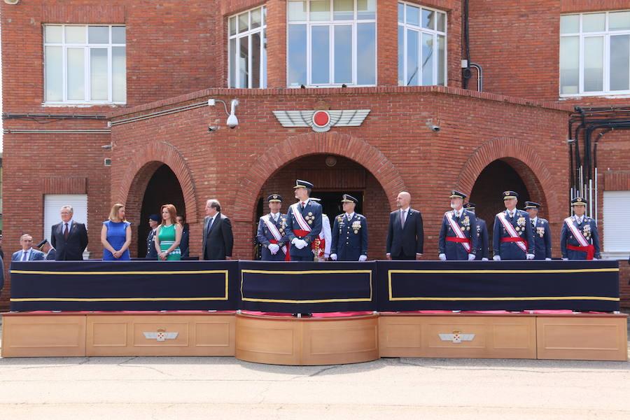 El Rey Felipe VI entrega los despachos a los sargentos de la ABA