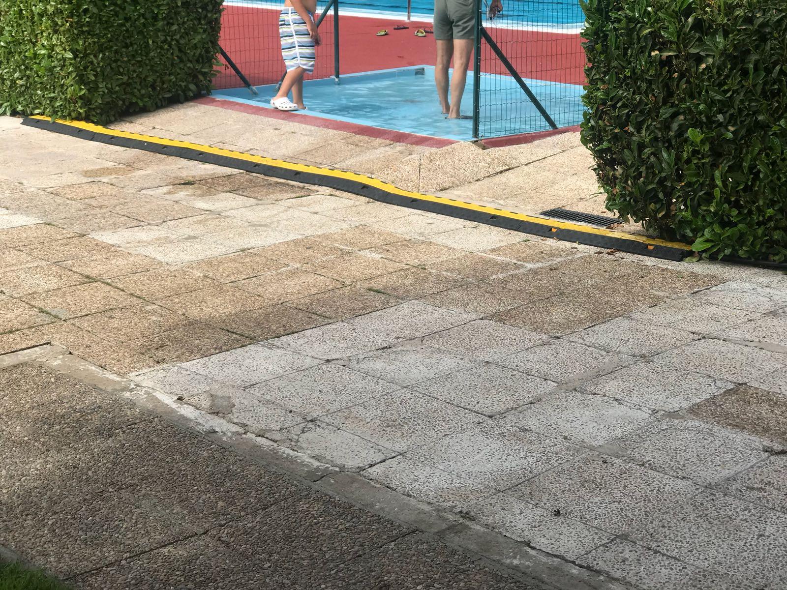Usuarios de las piscinas de Sáenz de Miera denuncian la instalación de un cable de baja tensión a escasos centímetros de la piscina
