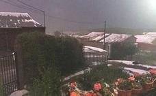 Una impresionante tormenta de lluvia y granizo anega el Sur de León