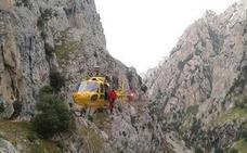 Evacúan en helicóptero a un varón de 51 años de la Ruta del Cares tras sufrir un desvanecimiento