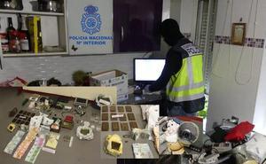 Desmantelan el punto de venta de drogas más activo de San Andrés tras detener a un matrimonio, su hija y su pareja