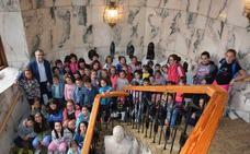 Los niños del Campamento Summertime visitan el Ayuntamiento de La Bañeza