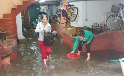 Puente Castro, la zona más afectada por la tormenta: con caldero y achicando agua