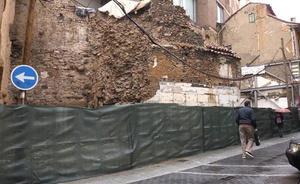 León adjudica 16 meses después y «con urgencia» la restauración de la muralla de Conde Rebolledo por 107.000 euros
