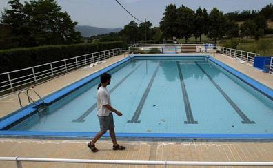 Expulsados 60 menores de una piscina en Álava tras solidarizarse con un compañero transgénero
