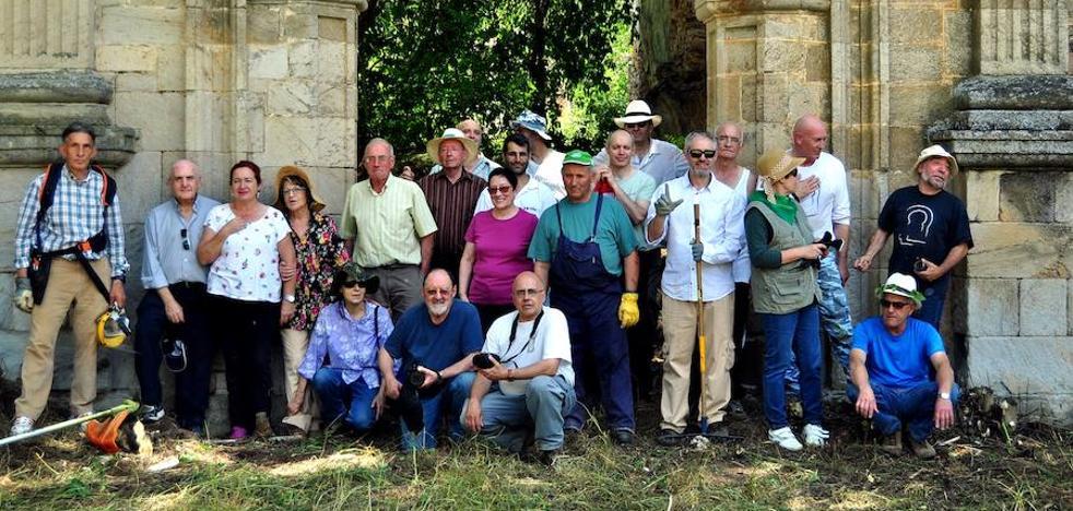 Promonumenta se emplea a fondo en la limpieza de las ruinas de Santa María de Nogales