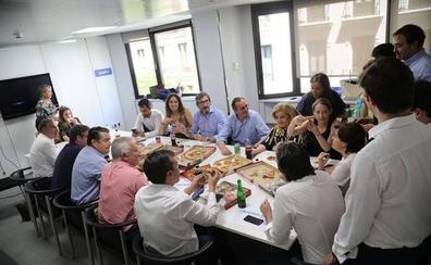 Santamaría contraprograma a los exministros con unas pizzas en Génova: «Comida de trabajo»