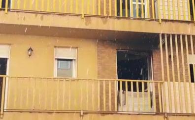 El fuego 'devora' la cocina de un piso en Trobajo del Camino