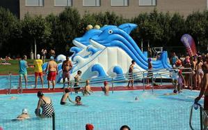 La campaña 'Salta y mójate' lleva hinchables, zumba y aquagym a las piscinas de León