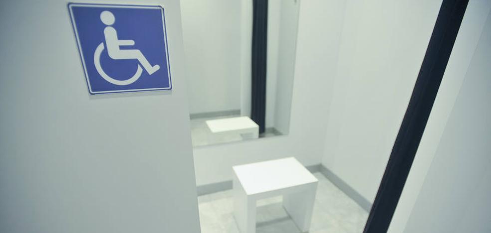 Las tiendas de ropa de León tendrán al menos un probador para personas con discapacidad