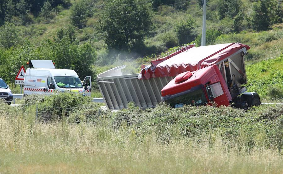 Arde un camión tras un accidente en la A-6