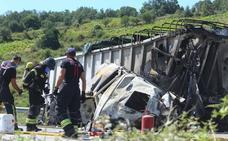 El choque entre dos camiones obliga a cortar la A-6 en Congosto tras incendiarse uno de ellos
