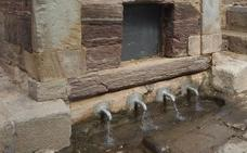 La fuente más antigua de Astorga vuelve a surtir agua potable
